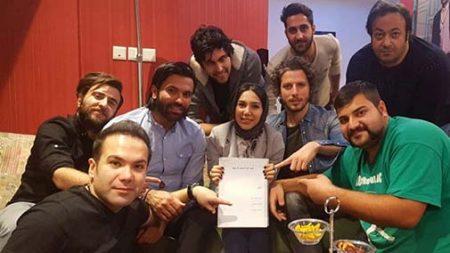 علیرضا نیکبخت واحدی در کنار فرناز امینی کارگردان و گروهی از عوامل «آوار»